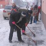 Úklid chodníku od sněhu Komenského ul.