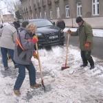 Úklid chodníku od sněhu Nádražní ul.